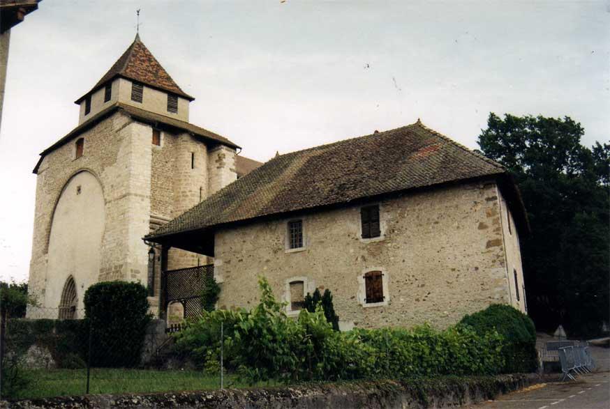L'église Sainte-Foy et le presbytère.